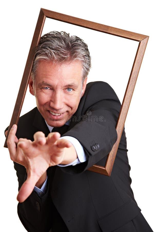 Homme d'affaires accédant par la trame photos stock