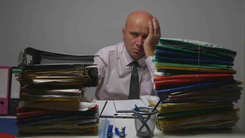 Homme d'affaires In Accounting Archive fatigué et de renversement photo stock