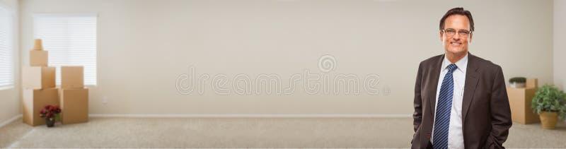 Homme d'affaires adulte Inside Room avec la bannière de boîtes images stock