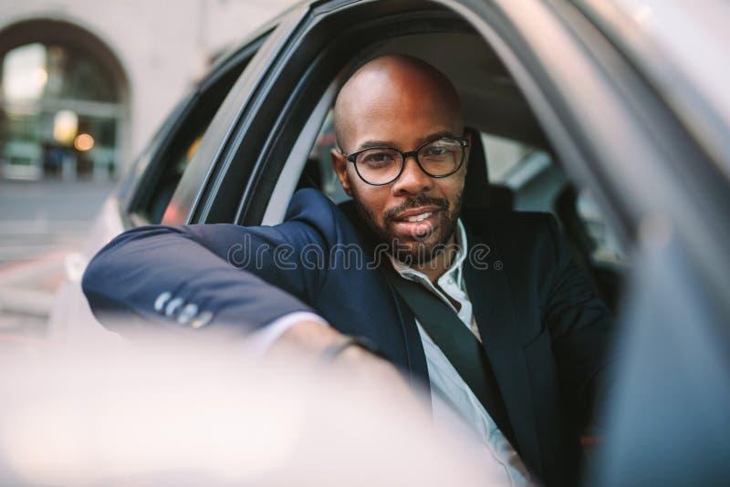 Homme d'affaires africain appréciant la voiture motrice images libres de droits