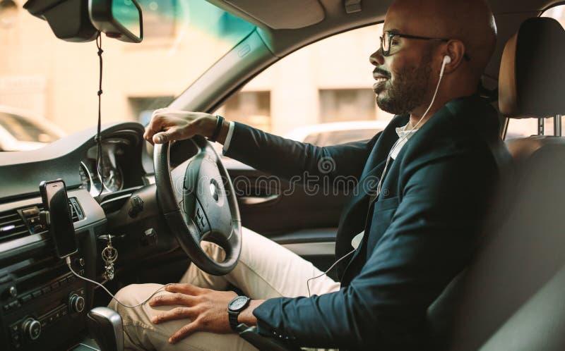 Homme d'affaires africain conduisant un véhicule au bureau images libres de droits