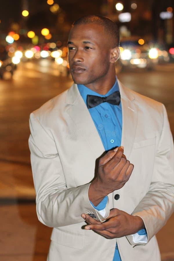Homme d'affaires africain moderne dans la ville semblant l'image courante partie image libre de droits