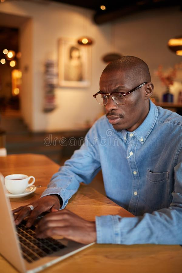 Homme d'affaires africain Working en café photos libres de droits