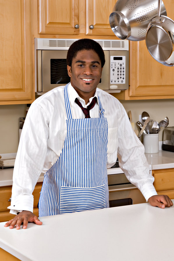 Homme d'affaires afro-américain bel dans la cuisine photographie stock