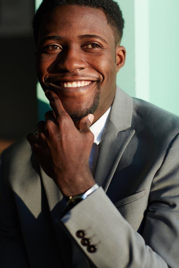 Homme d'affaires afro-américain de sourire photos libres de droits