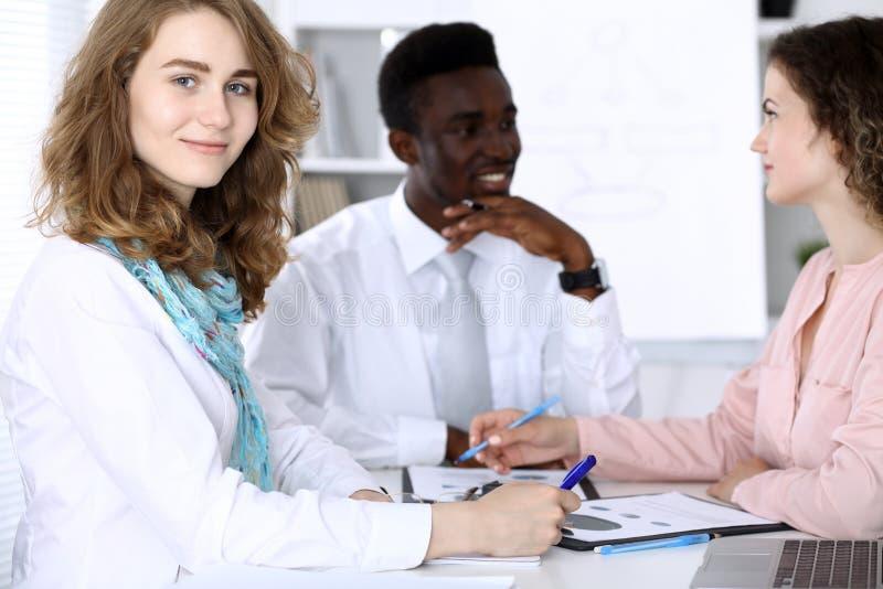 Homme d'affaires d'afro-américain lors de la réunion dans le bureau, coloré dans le blanc Groupe ethnique multi d'hommes d'affair image libre de droits