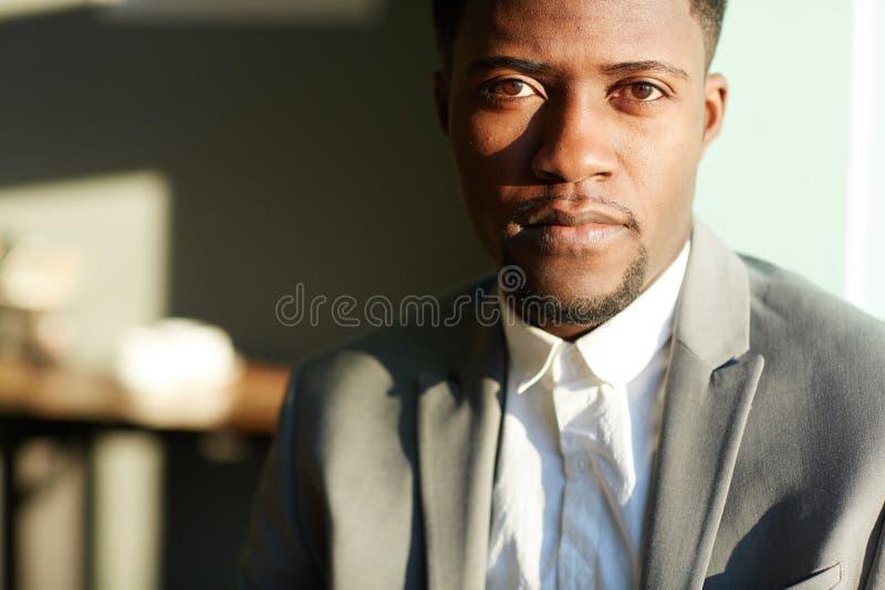 Homme d'affaires afro-américain réussi photographie stock libre de droits