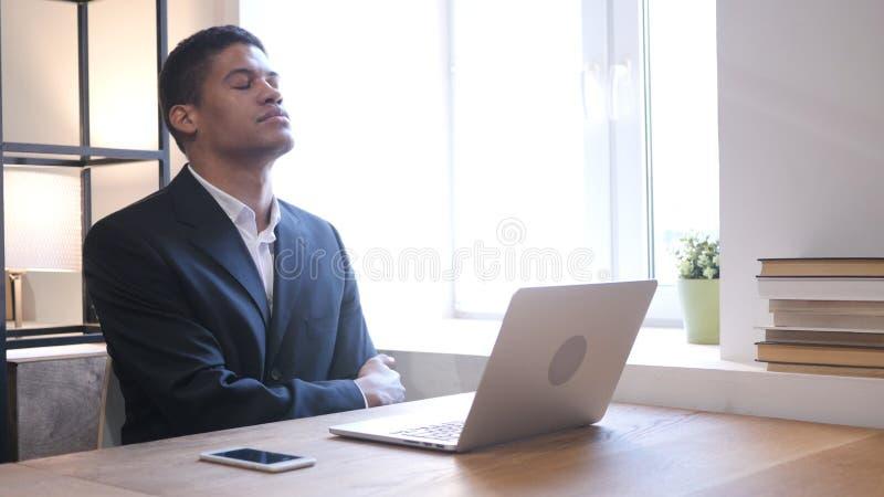 Homme d'affaires afro-américain Upset par la perte tout en travaillant sur l'ordinateur portable image libre de droits