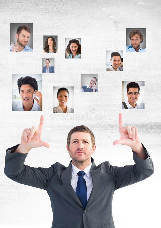 Homme d'affaires agissant l'un sur l'autre et choisissant une personne du groupe de personnes photographie stock libre de droits