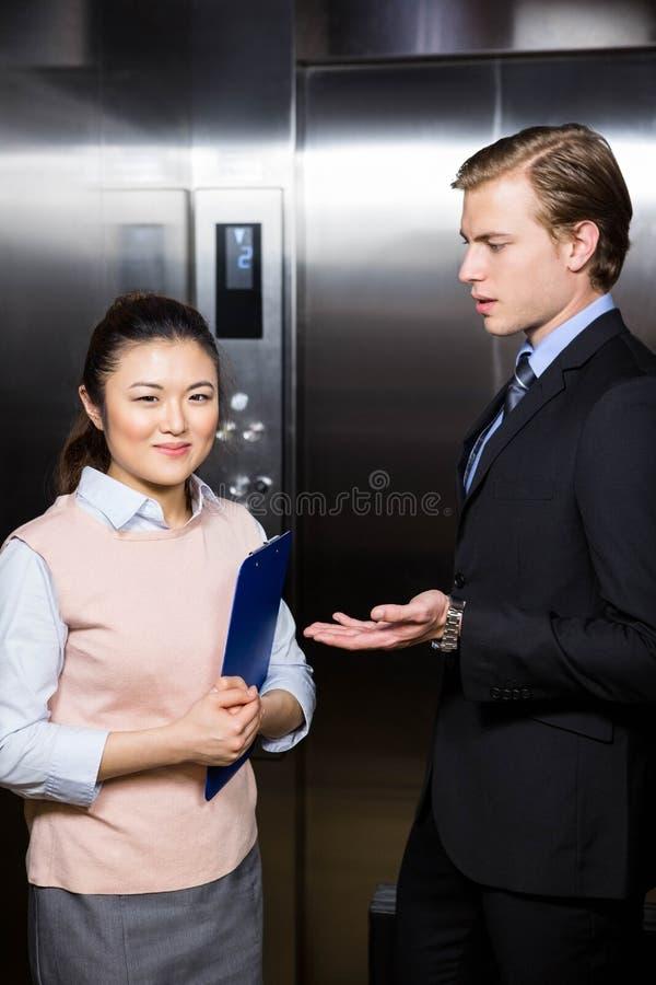 Homme d'affaires agissant l'un sur l'autre avec la femme d'affaires images stock
