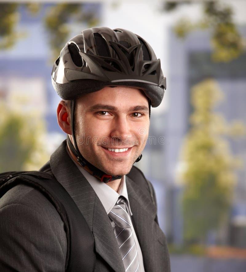 Homme d'affaires allant fonctionner à côté du vélo photos libres de droits