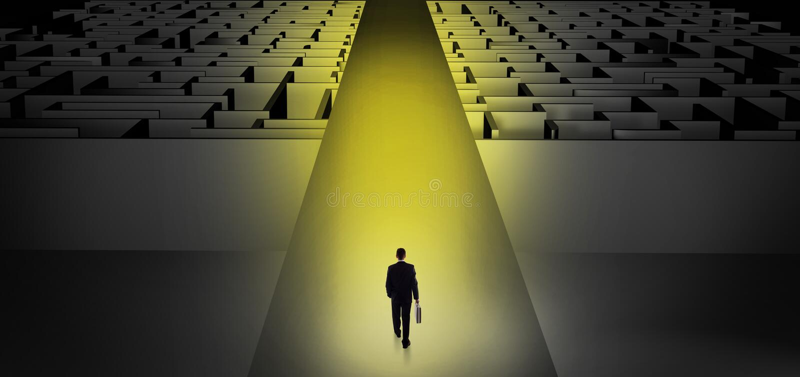 Homme d'affaires allant tout droit deux labyrinthes fonc?s photos libres de droits