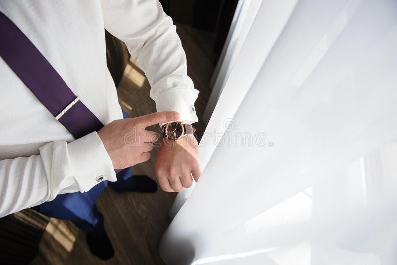Homme d'affaires allant travailler et regardant l'horloge photo libre de droits