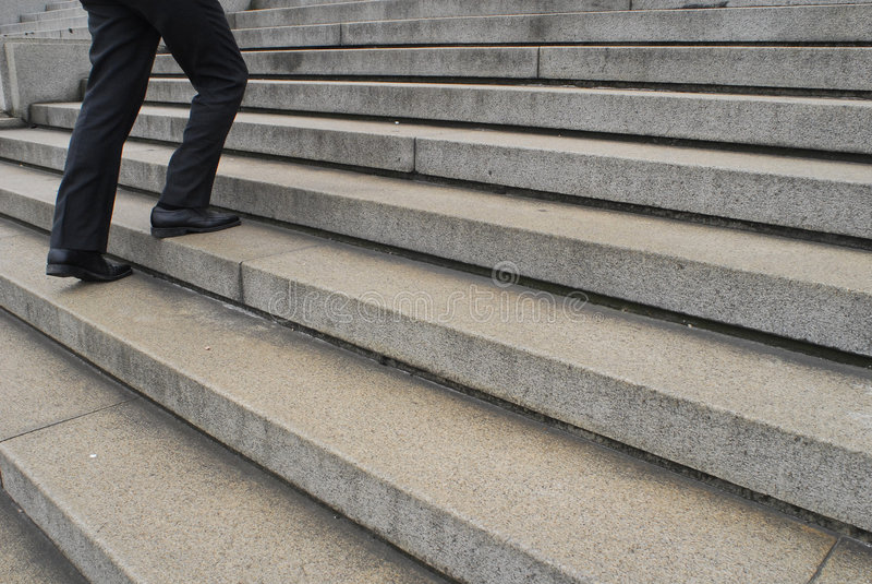Homme d'affaires allant vers le haut escaliers image stock