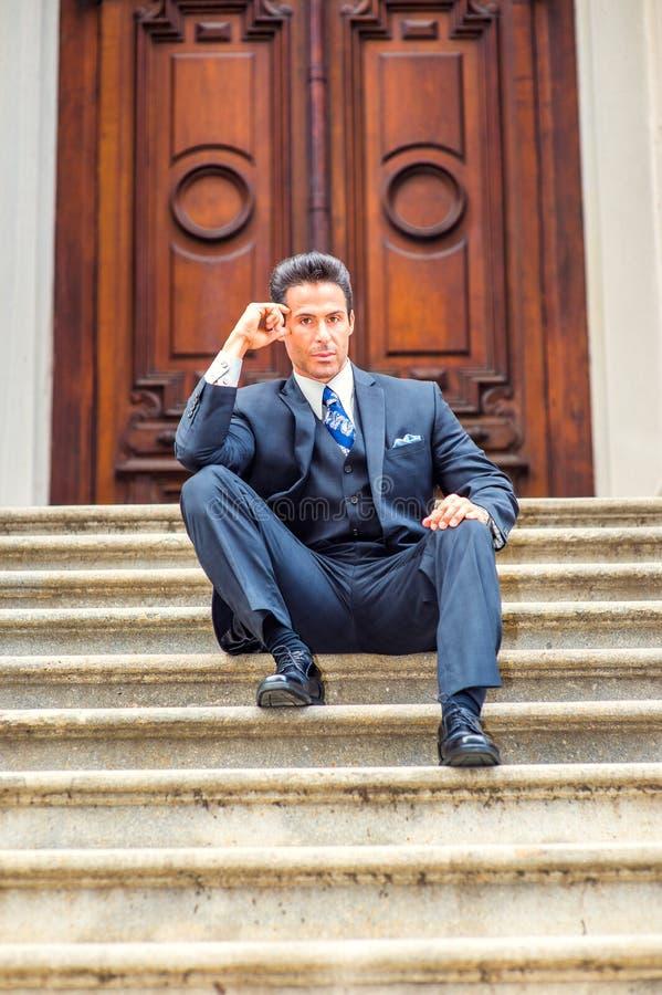 Homme d'affaires américain de Moyen Âge s'asseyant sur des escaliers en dehors de vintag photo libre de droits