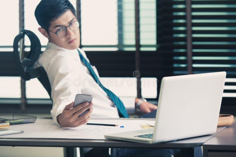Homme d'affaires analysant des diagrammes d'investissement avec des Smartphones images libres de droits