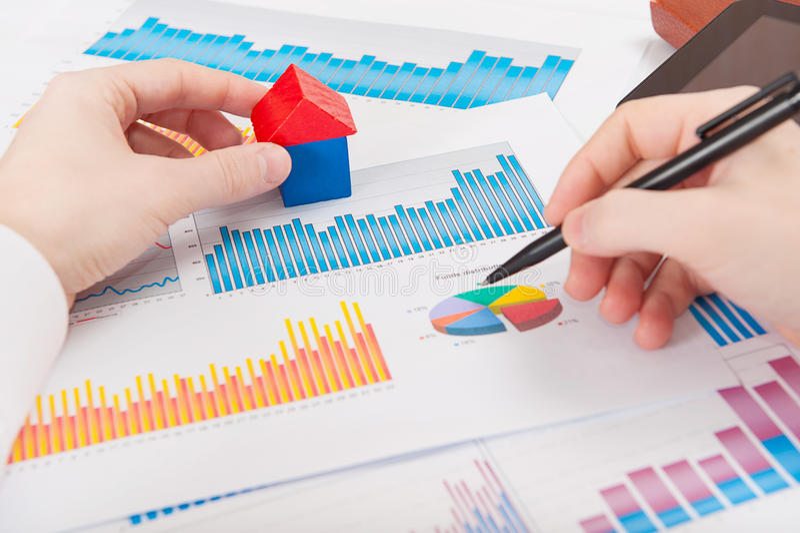 Homme d'affaires analysant des diagrammes et des graphiques photographie stock libre de droits