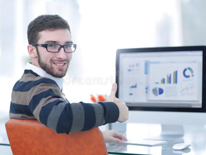 Homme d'affaires analysant des graphiques de vente images libres de droits