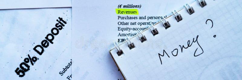Homme d'affaires analysant la déclaration d'investissement et le rapport fianancial, bénéfice d'argent images stock