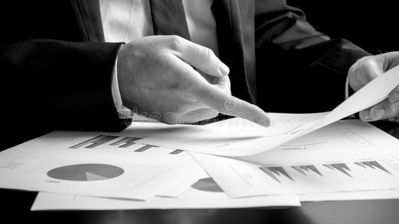 Homme d'affaires analysant un ensemble de graphiques photo libre de droits