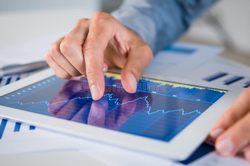Homme d'affaires Analyzing Graph photographie stock libre de droits