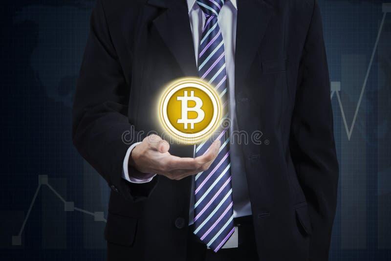 Homme d'affaires anonyme montrant le bitcoin virtuel photo libre de droits