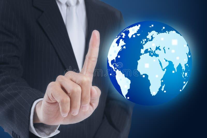 Homme d'affaires appuyant le globe photos libres de droits