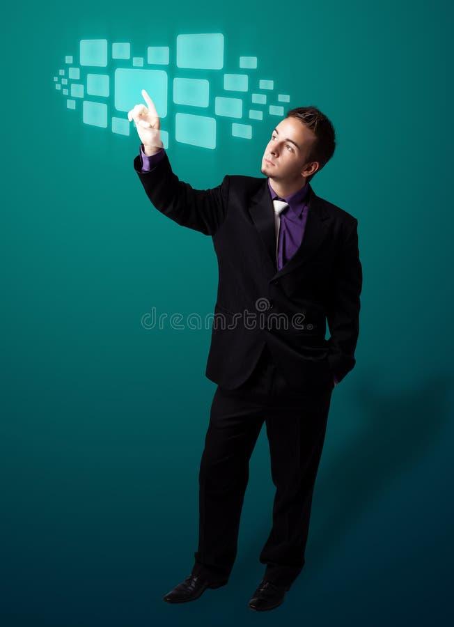 Homme d'affaires appuyant le type de pointe de boutons modernes photo stock