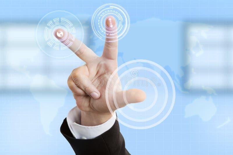 Homme d'affaires appuyant sur des boutons sur l'écran tactile image stock