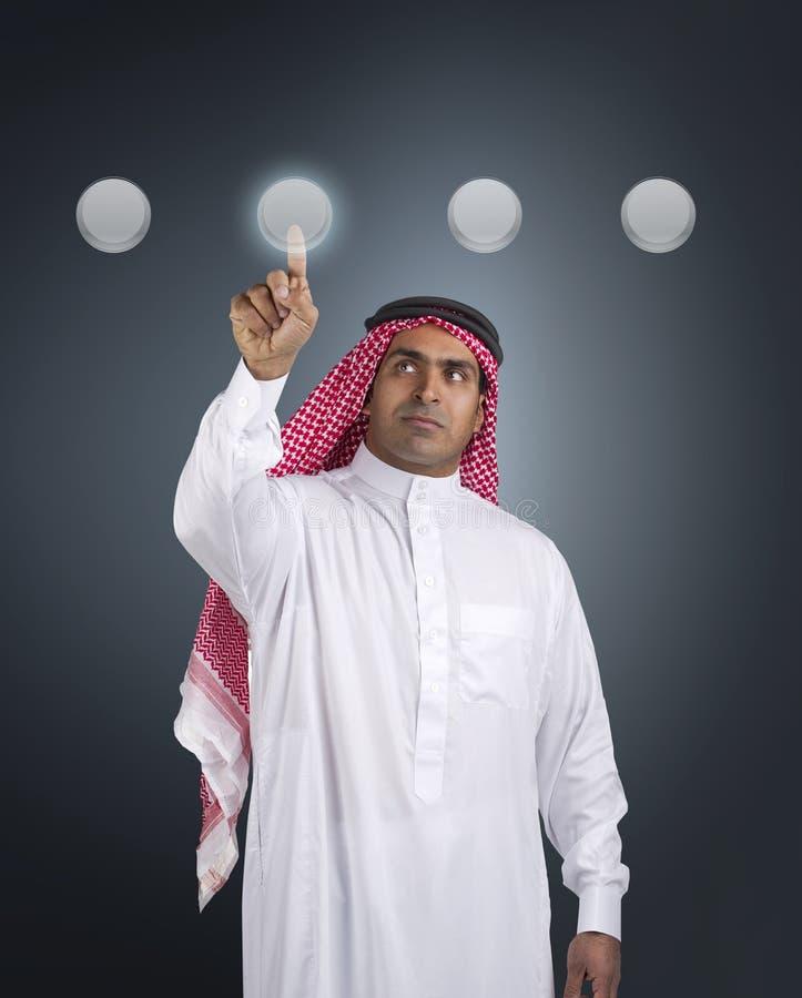 Homme d'affaires Arabe appuyant sur un bouton d'écran tactile images stock