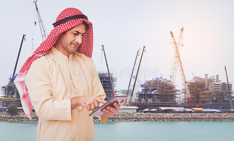Homme d'affaires arabe employant ? un t?l?phone portable images stock