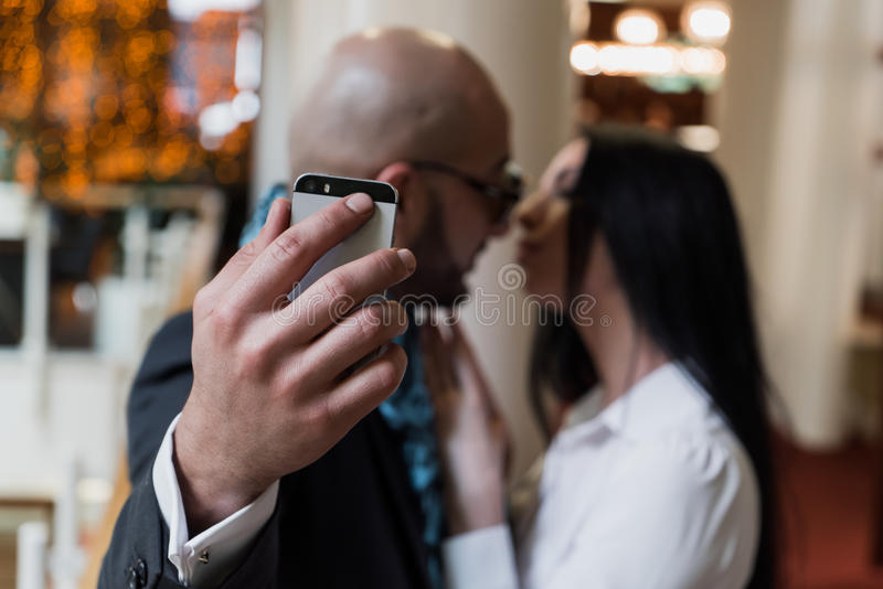 Homme d'affaires arabe et fille faisant le selfie photo stock