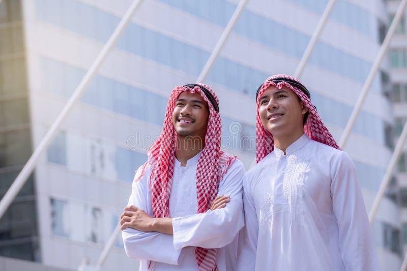 Homme d'affaires Arabe sûr tenant et regardant le backg de ville photographie stock libre de droits