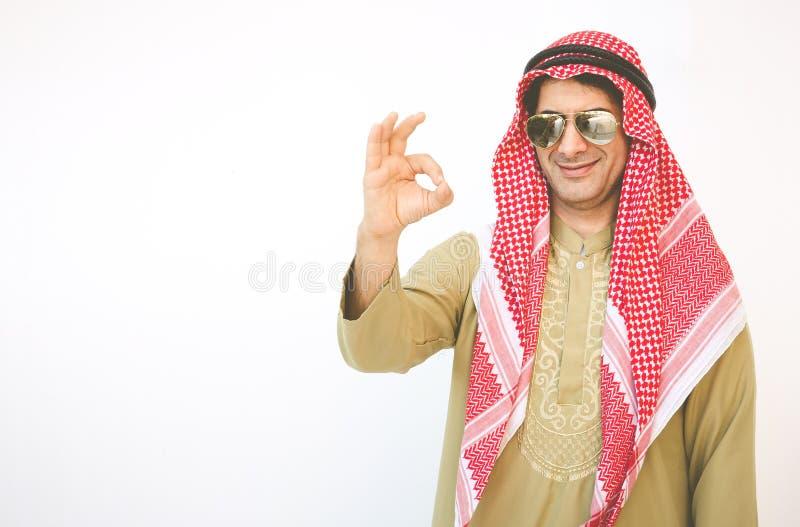 Homme d'affaires arabe se dirigeant vers le haut du signe de main d'ok images libres de droits