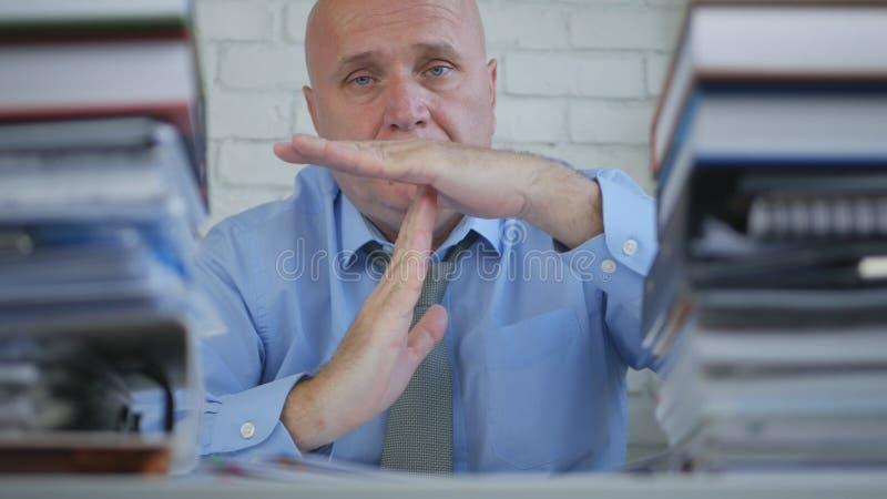 Homme d'affaires In Archive Room faisant la pause ou le signe de main de Time Out photo stock