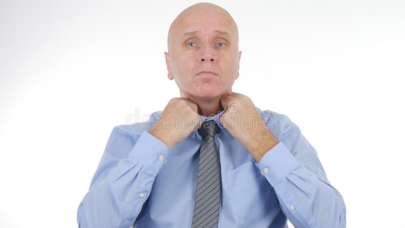 Homme d'affaires Arranging His Tie avant une réunion d'affaires photos libres de droits