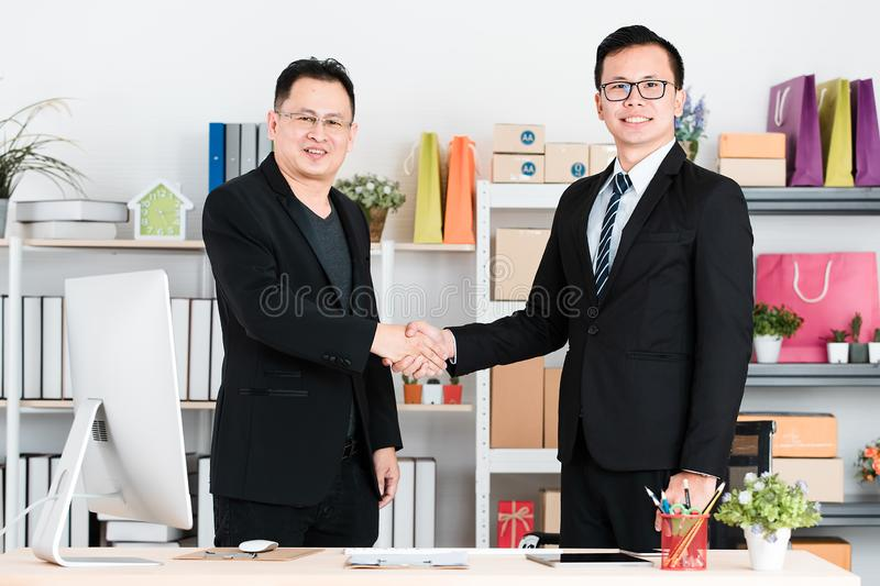 Homme d'affaires asiatique au bureau images stock