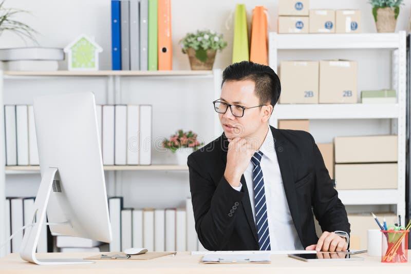 Homme d'affaires asiatique au bureau photo libre de droits