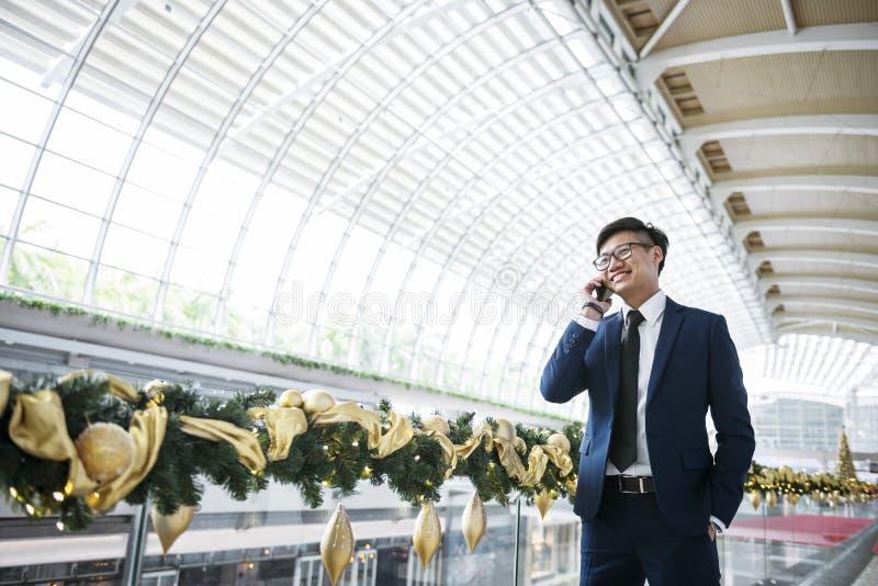 Homme d'affaires asiatique au téléphone image libre de droits