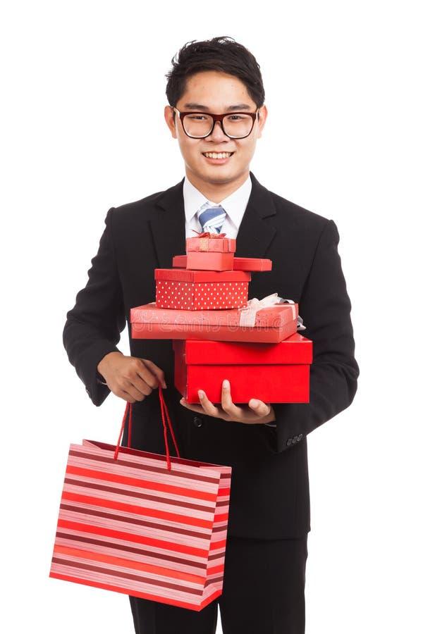 Homme d'affaires asiatique avec beaucoup de boîte-cadeau et panier images libres de droits