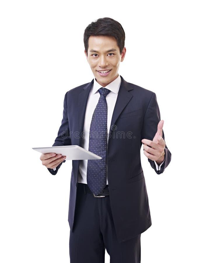 Homme d'affaires asiatique avec la tablette photographie stock