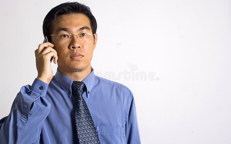 Homme d'affaires asiatique avec le téléphone photo stock