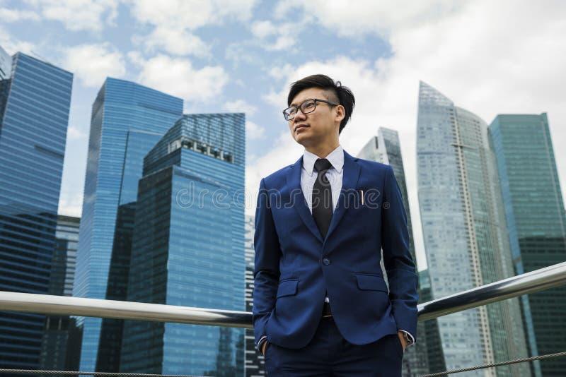 Homme d'affaires asiatique dans une ville photo libre de droits
