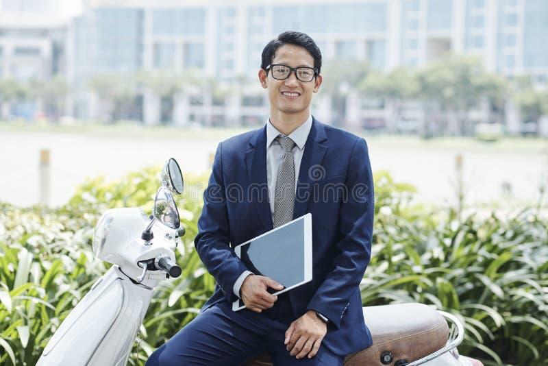 Homme d'affaires asiatique gai photo libre de droits