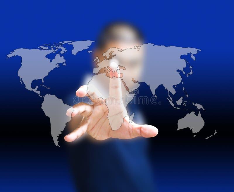 Homme d'affaires asiatique poussant la carte du monde photo libre de droits