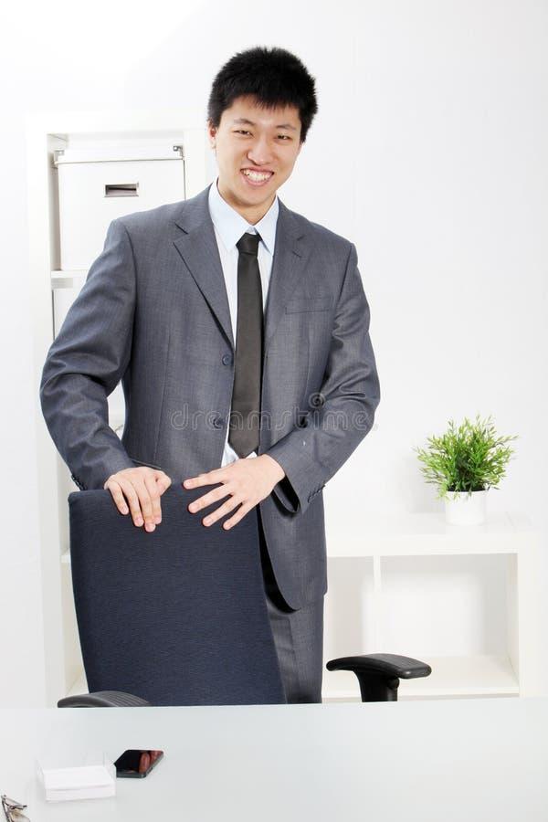 Homme d'affaires asiatique sûr réussi photographie stock