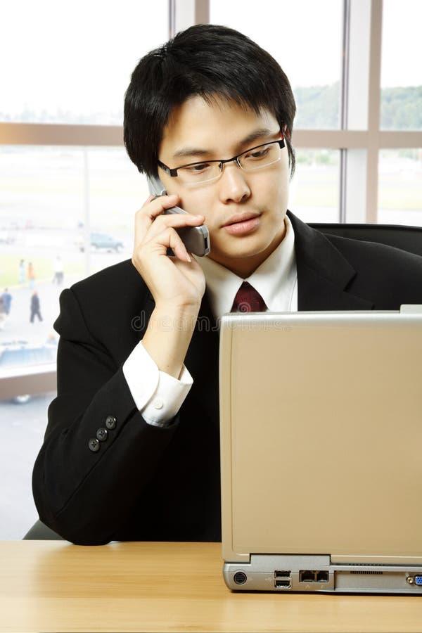 Homme d'affaires asiatique travaillant image libre de droits