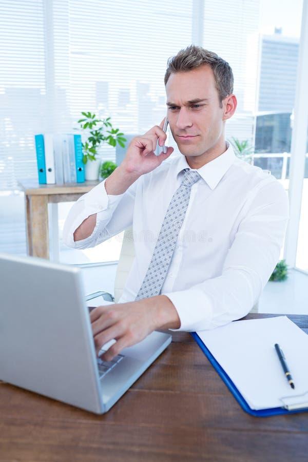 Download Homme D'affaires Attentif Parlant Au Téléphone Image stock - Image du mobile, adulte: 56483905
