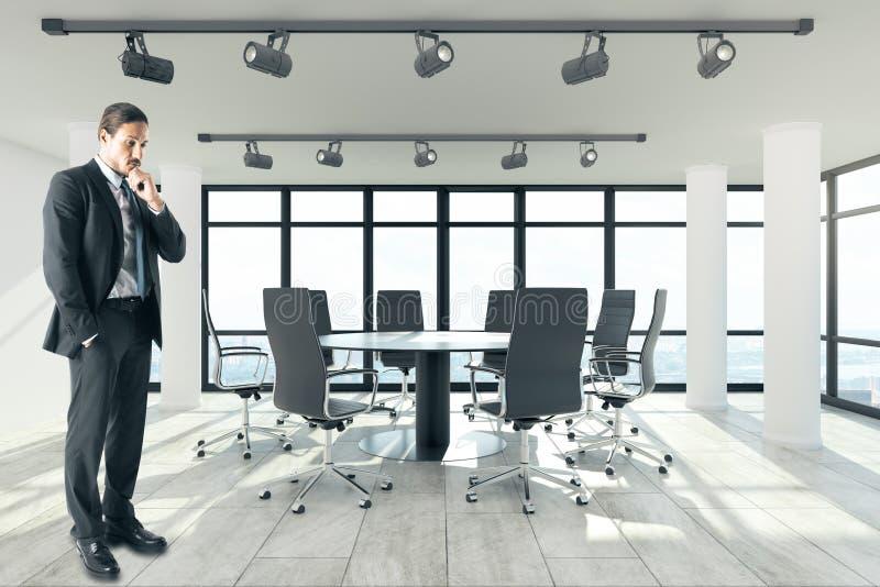 Homme d'affaires attirant dans la salle du conseil d'administration moderne images libres de droits