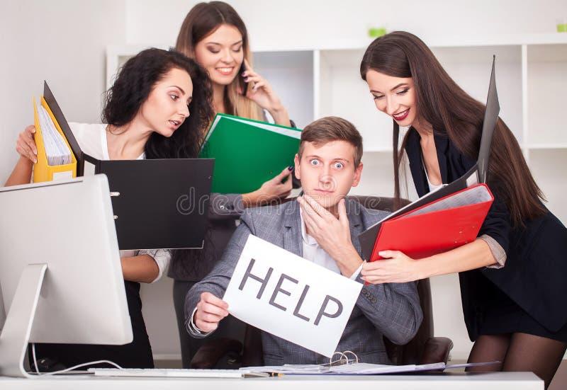 Homme d'affaires attirant frustrant dans son signe d d'aide de la participation 20s image stock